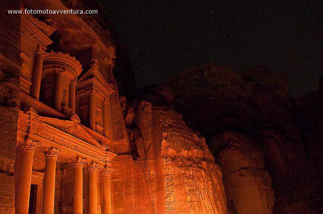 Petra by night Giordania.jpg
